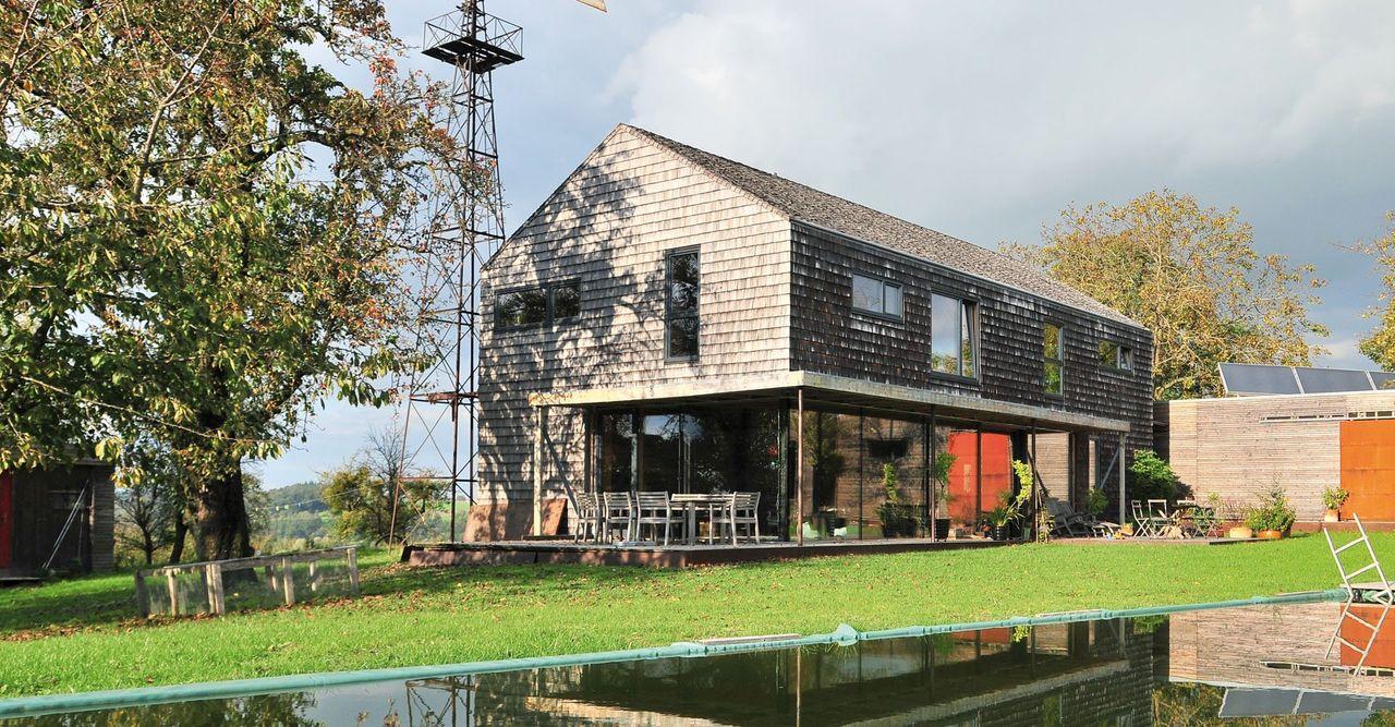 Kleines rustikales Brunthaler BaumHaus mit Holzschindel-Fassade