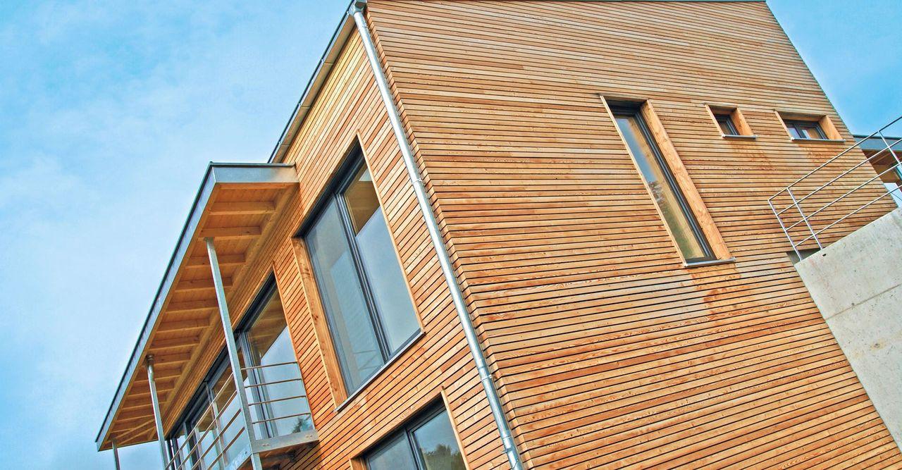 Modernes Holzhaus mit bodentiefen Fenstern und Holzfassade